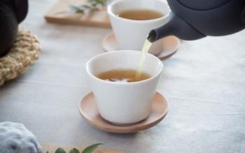 上記の湯のみ用の白木の茶托。白木のままで、何も塗り仕上げを行っていないので、使い続けるうちに木の色味が深くなってきます。湯のみと同様に経年変化を楽しめる、いつまでも愛用したくなる湯のみと茶托、セットで揃えてはいかがでしょうか。