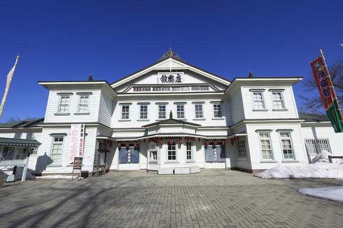 明治時代に創設された芝居小屋・康楽館は、旧金比羅大芝居(香川県)、永楽館(兵庫県)に次ぎ、日本で3番目に古い劇場です。開館以来、一度も復元や移築をされていない康楽館は、和様折衷の木造芝居小屋としては日本最古のものであり、国の重要文化財に指定されています。