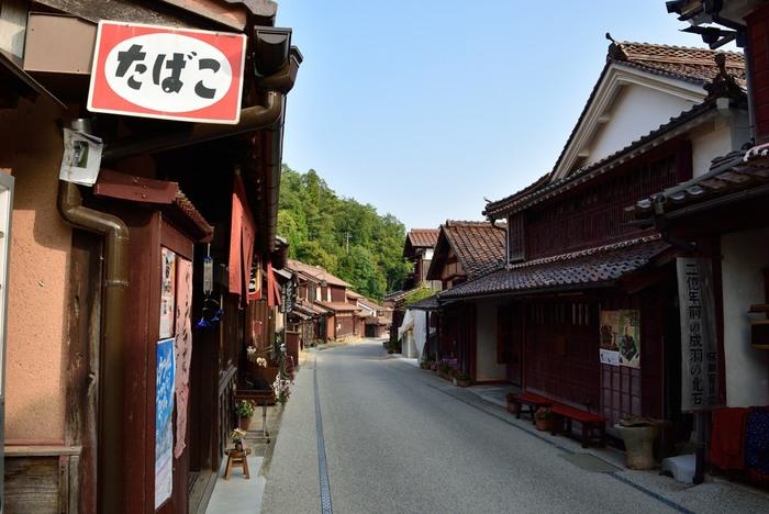 【画像は、紅葉の頃の「吹屋ふるさと村」。ベンガラ色に染まる美しい町並み。】