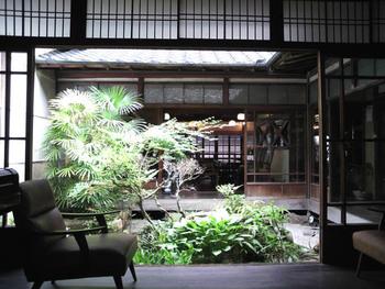 【高梁にある「Cafe de 紅緒」。大正時代の町家を改装し店内は、居心地良く城下町の風情そのままの落ち着いた雰囲気。】