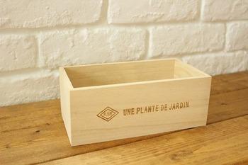 手軽に手に入るこちらの木箱を、シャビー加工を施しアンティーク風に仕上げていきましょう。