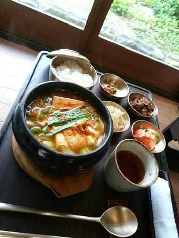 【画像は、吉備路・総社市内にある古民家の韓国料理店「古宮道」の豆腐チゲのランチ。店の風情とともにとびっきり美味しい韓国料理が頂けます。】