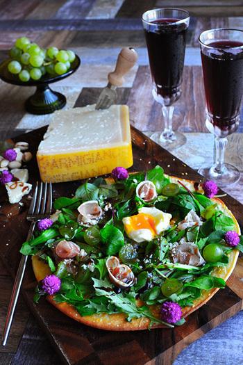パルミジャーノの香りと食感を楽しむシンプルなサラダピッツアです。エディブルフラワーを添えて華やかに!