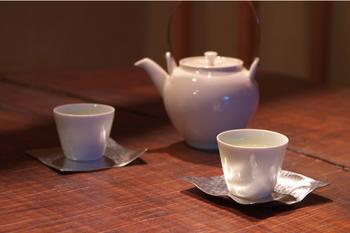 他にも茶托として使用すれば、食卓にモダンな和の趣が出ます。収納も重ねてコンパクトにできるので、いくつか揃えて色々工夫してみてはいかがでしょうか。