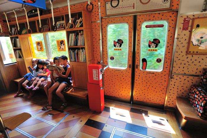 乗車は後方のドアから、降車は前方のドアから、乗車賃は下車時に支払います。路面電車を利用したことのない県外の人は、きっと多いはず。車窓からの景色は、車や電車とは一味違います。ぜひ利用してみましょう。 【画像は、たま電車の車内の様子。子供むけの本が置かれていて、車内で自由に読むことができます。】