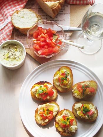 たくあんのみじん切りが入っている変わり種ポテトサラダを載せたブルスケッタ。食感の楽しいメニューです!