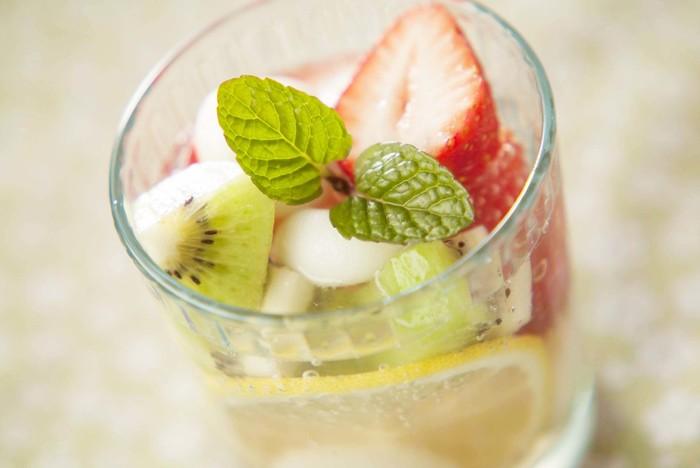 フルーツポンチは見た目にもカラフルで、食べても飲んでもおいしいキュートなドリンクです。