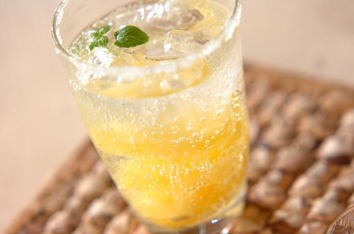 パイナップルの缶詰に炭酸水を注いで。グラスにシロップとグラニュー糖をまぶしておしゃれに。