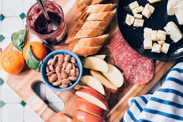 サンドイッチやおにぎり、定番のから揚げに卵焼き。青空の下で食べるご飯は、不思議といつもより美味しく感じます。