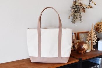 厚手で丈夫な倉敷帆布を使ったトートバッグは、あれこれと必要なものを入れるのにぴったり。見た目はシンプルですが内ポケット付きで収納力も充分にあります。