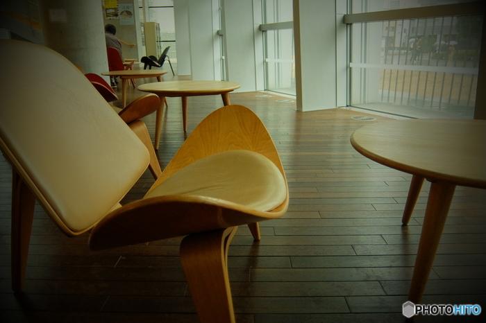 積層合板の織りなす優美なフォルムは単に美しいばかりでなく、身体を優しく支え、安定感があり、座り心地も抜群です。  ※写真は六本木の「国立新美術館」にて
