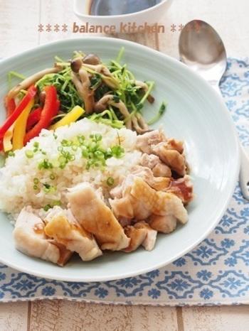 """炊飯器に材料を入れてスイッチを押すだけの、簡単""""シンガポールチキンライス""""!ベジブロスで炊くので、野菜のうまみがたっぷり◎"""