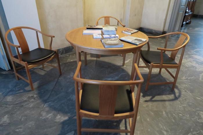 ハンスJウェグナーは、1943年の「チャイニーズチェア」を転機として、代表作やそれに連なる優れた作品を次々に発表し始めます。  また、「チャイニーズチェア」は1943年のこの椅子だけではなく、その生涯において幾つものモデルをデザインしました。彼の家具デザイナーとして道筋は、「チャイニーズチェア」の変遷の道と重なります。