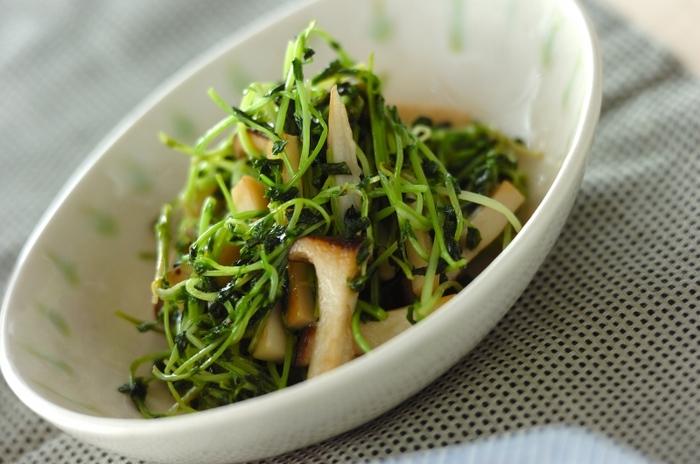 サラダはもちろん、煮ても炒めても美味しい豆苗。えんどう豆(グリーンピース)の発芽野菜なので栄養満点なのも嬉しいですね。