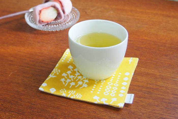 春から夏にかけて食卓をさわやかに彩ってくれそうな、黄色と白の押し花模様の茶布。綿100%のてぬぐい生地と、綿麻を合わせて作られており、サイズは少し大きめなので、急須の下に敷いても◎。