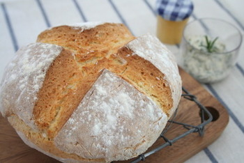 発酵なしで簡単にできるソーダブレッドは、アイルランドの伝統的なパン。たっぷりミルクが入っています。冷凍保存もできますので、ぜひ時間のあるときに多めに作ってみてはいかが?