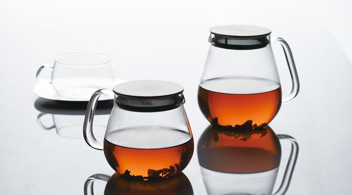 使いやすいようにデザインされたこのポット。 蓋とストレーナーが一体構造となっているので、お茶を注ぐとき蓋が落ちません。