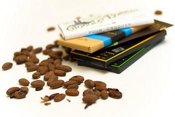 ビーントゥバー(Bean To Bar)とは、カカオ豆からチョコレートになるまでのすべての加工工程を作り手が手がけているチョコレートのこと。豆の産地や質で選別することから始まり、焙煎方法、粉砕の細かさまで工房のこだわりの手法で行われるため、完成したチョコレートはそれぞれの個性が際立つ絶品となります。