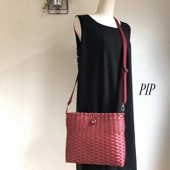 1色使いなのに、編み地の細かさを変えたツートーンでスッキリした印象のショルダーバッグ。普段使いに使いやすいサイズです。