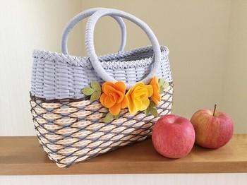 斜めに格子柄が入ったかごバッグは、リング型のハンドルがかわいい♪ ラベンダーの柔らかい色が春らしいですね。