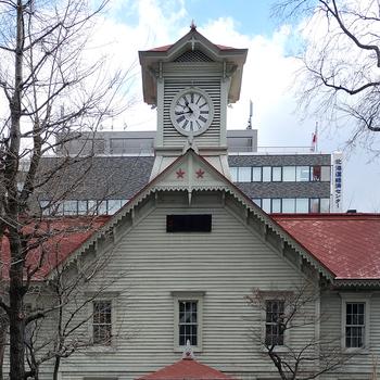 札幌市の中心部にある「札幌市時計台」。1881年頃に時計台として動き始めた、辰鼓楼と並んで日本で最も古い時計台の一つです。 札幌駅からほど近いビル群の中にあり、広い大通り公園をのんびり歩きながら立ち寄ることができます。 内部の資料館は開拓時代の貴重な資料などが収蔵されており、北海道庁旧本庁舎、札幌市資料館と合わせて札幌駅前で歴史に触れられるスポットになっています。