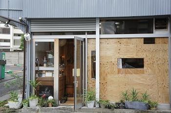 「ショコル」は、東京・世田谷にある小さなチョコレート工房。厳選されたカカオ豆を自家焙煎し、石臼で挽いて薫り高いチョコレートに。乳化剤や人工香料は使わず、カカオバターなども使用しないナチュラルな製法が魅力。ユニークなアイテムがネットなどでも話題になり、今注目のお店です!