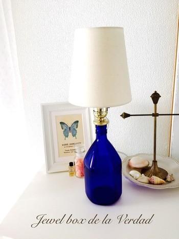市販のランプキットを使えば、思い入れのあるワインボトルも、素敵なライトとしてずっとそばに置いておけますね。