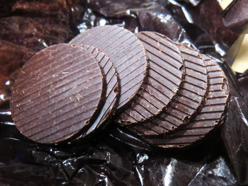 コイン型の「美しい鳥 QUETZAL(ケツァール)」は、焙煎したカカオを石臼でつぶし、砂糖を合わせるのみ。シンプルだからこそ味わえる究極のおいしさをどうぞ。