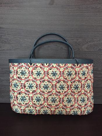 万華鏡のような模様が入ったバッグは、和装にも似合いそう。春らしい色使いで、持ってるだけでウキウキしますね。