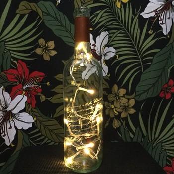 LEDライトを仕込むだけで、素敵なアクセントライトに。ボトルにほどこされたエッジングが光に透けて素敵ですね。