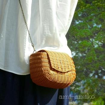 コロンと丸いバッグは、ちょっとした散歩に便利なミニサイズ。天然素材の籐カゴみたいなキャメルは、ナチュラル系ファッションにピッタリですね。