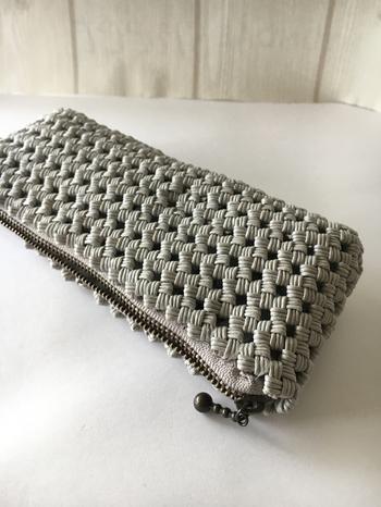 石畳編みのペンケースは、メガネケースにしても丁度いいサイズ。中身を守る厚みがあるのに軽いから、使いやすそうです。