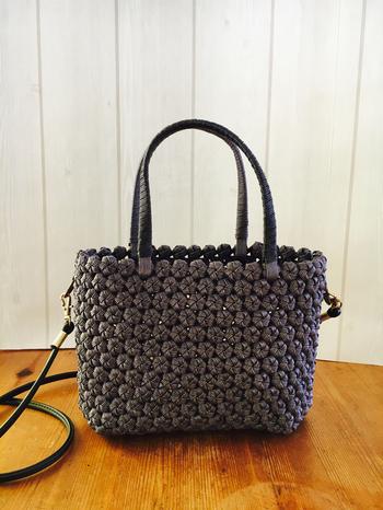 ホントに手作り? とじっくり見てしまう花編みのミニバッグは、ショルダーが取り外し可能◎ ポコポコした編み地は、たくさんの色を使わなくてもインパクト大です。