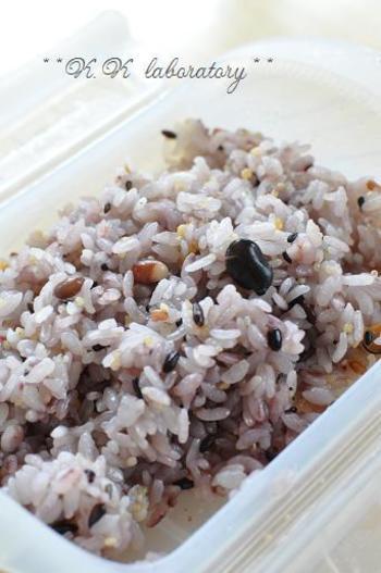 雑穀米を使ったり、ゴマやゆかり、刻んだ大葉などを混ぜると、彩りのよいすし飯になりますよ。