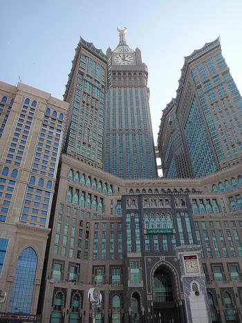 世界でもっとも空に近い時計台は、サウジアラビアのタワーとホテルを含む超高層ビル群の中の「メッカ・ロイヤル・クロック・タワー・ホテル」棟上部にあります。高さ601mにもなる棟の高さは、ドバイのブルジュ・ハリファ、東京スカイツリーに次いで世界3位。時計自体も破格のサイズで、直径はなんと46mと世界最高です。