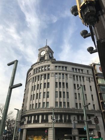 銀座といえばこちらの時計台を思い浮かべる人も多いのでは?それくらい銀座を代表するランドマークになっていますね。 古くは1881年、服部時計店として創業し、現在の建物は1932年に建てられたものです。鐘楼が付随していて、0分のタイミングで美しい鐘の音が聴けます。