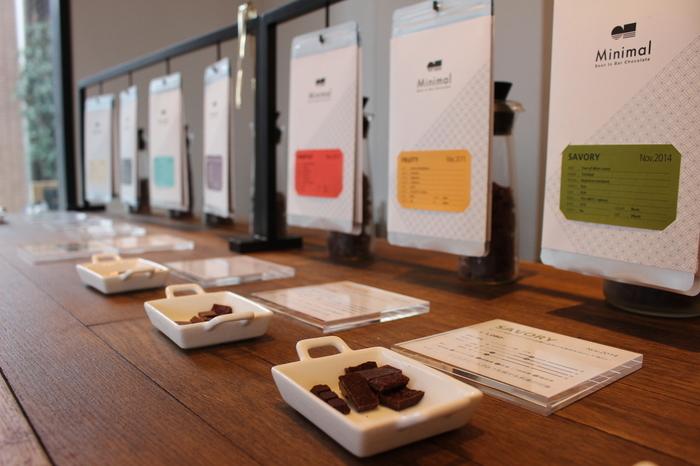 渋谷区富ヶ谷にある「ミニマル」のチョコレートの味わいは、大きく分けて12種類。アジア・アフリカ・中南米の3大陸のカカオ豆を選び抜き、それぞれの豆の個性を生かした製法がとられています。入荷状況や入荷した豆の個性によって販売されるラインナップが変わるのは、こだわりの証です。