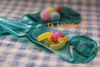 小さなお菓子を入れてたくさん並べたら、お子さまのテンションも上がりそう!