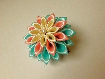 サテン生地で作られた、つまみ細工のお花。日本の伝統工芸の一つですが、これもファブリックフラワーの仲間です。