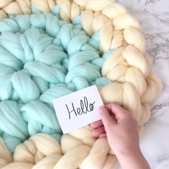 今回は、そんなアームニッティングの魅力や編み方、アームニッティングで作られた素敵なアイテムなどをご紹介します♪