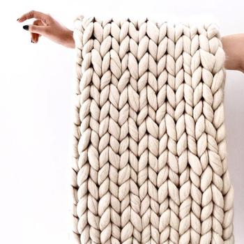 アームニッティングは日本語では腕編みといって、名前のとおり編み棒を使わず腕を使ってする編み物です。