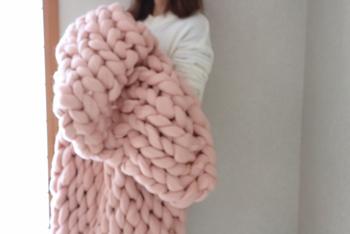 編み方に慣れたら、ぬくぬく包まれるようなもっと大きいサイズに挑戦するのもいいですね。