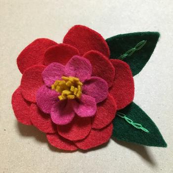 花びらの形にカットしたフェルトを重ねて作られています。フェルトは切りっぱなしでも端がほつれないので、ハンドメイド初心者でも扱いやすい素材です。