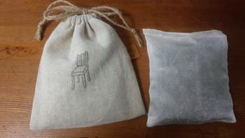 [作り方] 重曹とエッセンシャルオイルを混ぜたものをティーバッグまたは布の袋に入れ、紐でしばるだけで完成です。 重曹は臭いを吸着して脱臭してくれるので、そこにハーブを入れることで+防虫に♪ 余った布で巾着袋を作ってサシェにしてもいいですね。