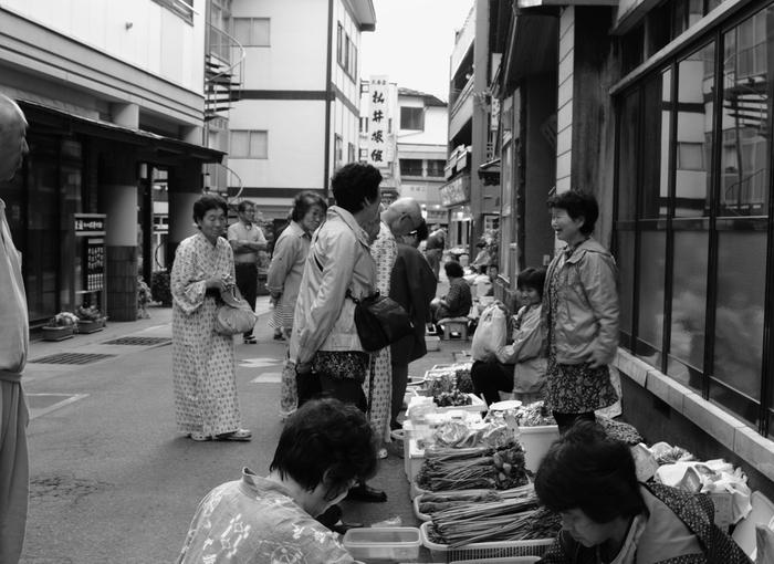 昔ながらの温泉街といった風情を色濃く残す肘折温泉では、朝市が開催され、多くの湯治客で賑わっています。