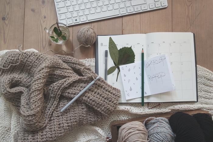 これから寒くなる季節、マフラーやスヌードなどニット小物が活躍します。 自分で好きなふうに編めたらいいのにな…と思いつつ、よく分からなくて手が出せずにいる方、けっこう多いのではないでしょうか。 今回は初心者さんでもトライしやすい「かぎ針編み(かぎ編み)」についてご紹介します♪