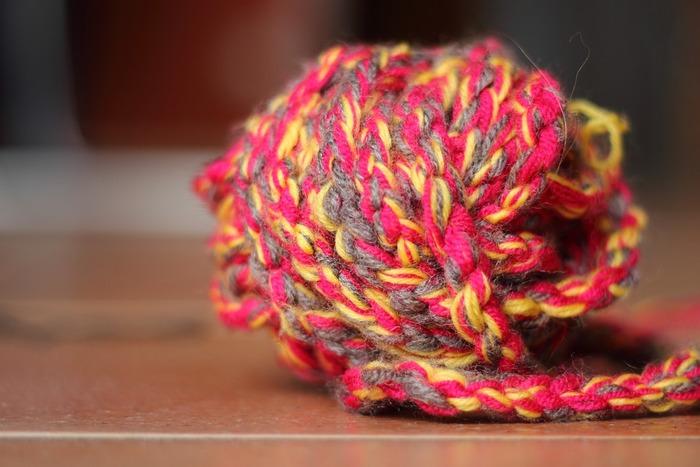 太い毛糸が見つからない場合は、太めの毛糸を何本か合わせて一緒に編んでもOK!同じ色の糸を組み合わせてもいいし、違う色を数本合わせても◎