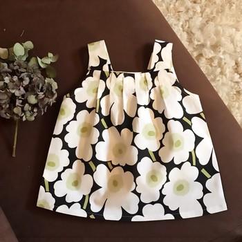 マリメッコの可愛いテキスタイルを使って、お子さんにも可愛いお洋服を!  胸元のギャザーがフレアになってふんわりとしたシルエットに♪夏には1枚で。秋冬は重ね着としても。