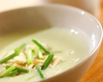 隠し味のキャベツの淡いグリーンがきれいなポタージュ。白ミソ仕立てなので、日本人好みの優しい味です。和食にも合いそうですね。