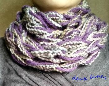 こちらはミックス毛糸で編んだスヌード。